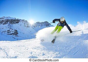 Esquiar en nieve fresca en invierno en un hermoso día soleado