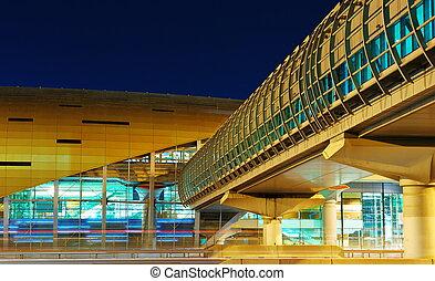 Estación metropolitana de noche en Dubai, UAE.
