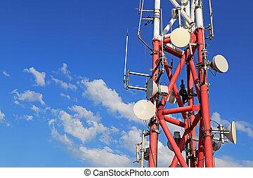 Estación telefónica móvil con antecedentes de cielo azul