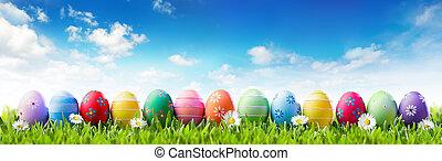 Estandarte de Pascua, huevos pintados de colores en hileras de hierba