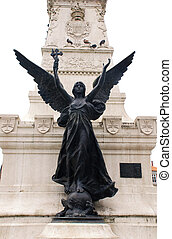 Estatua de ángel con cruz.