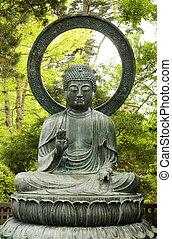 Estatua de Buddha con árboles en el fondo
