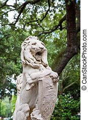 Estatua de león de piedra en el parque Savannah