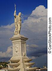 Estatua del dios griego Poseidon en la bahía de La Habana