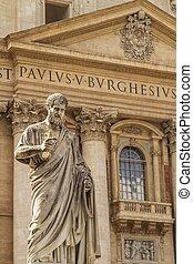 Estatua frente a la basílica de St. Peter