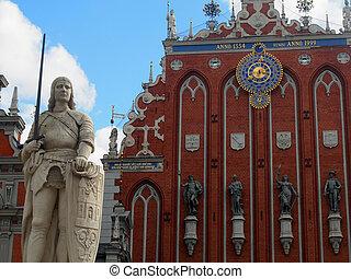 Estatua y fachada en la histórica riga latvia