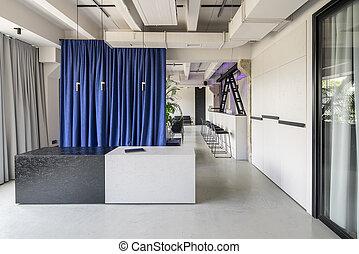 Estilizado interior en estilo loft con paredes grises