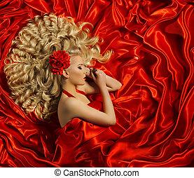 Estilo de pelo, mujer peinado rizado, modelo de pelo largo, chica de color rojo
