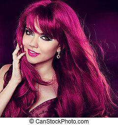 Estilo de pelo. Pelo rojo. Un retrato de chica de moda con el pelo rizado largo. Un hermoso retrato de mujer.
