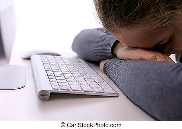 Estrés en el lugar de trabajo. Estudiante durmiente