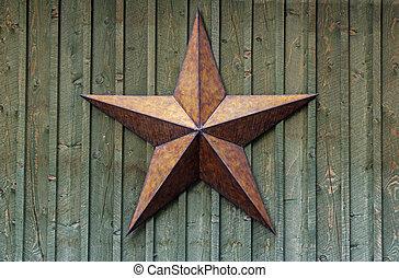 Estrella de metal en la pared de madera