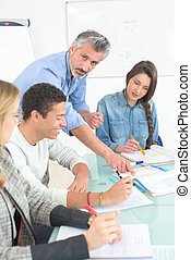Estudiante adulto en clase de negocios con profesor
