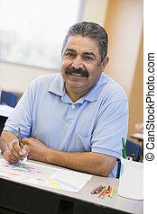 Estudiante adulto en dibujo de clase