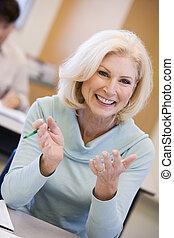 Estudiante adulto sonriendo (centro selectivo)