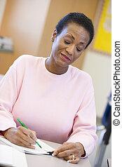 Estudiante adulto tomando notas