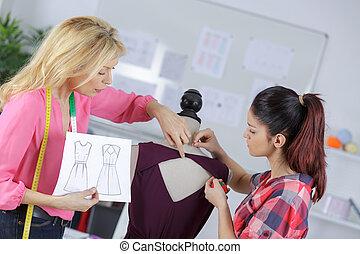 Estudiante con profesor en clase de costura