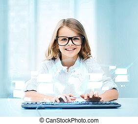 Estudiante con teclado y pantalla virtual