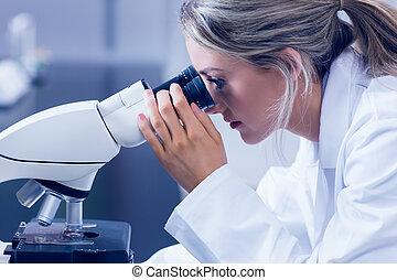 Estudiante de ciencias mirando a través