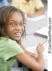Estudiante en la clase de escritura (centro selectivo)