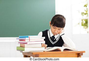 Estudiante estresado de secundaria estudiando en clase
