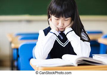 Estudiante estresado de secundaria sentado en clase