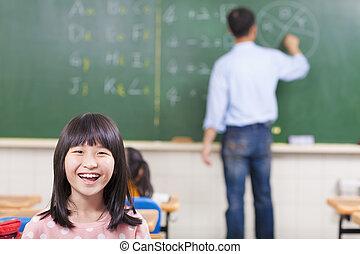 Estudiante feliz en clase con profesor