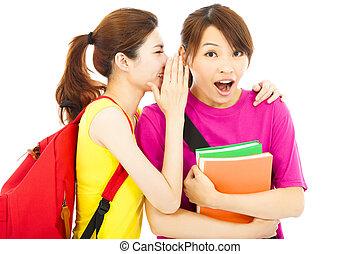 Estudiante joven hablando con su amigo con expresión de sorpresa