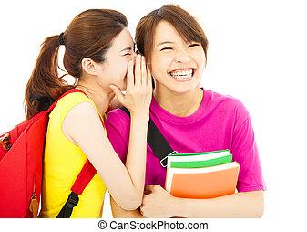 Estudiante joven hablando con su amigo con expresión feliz