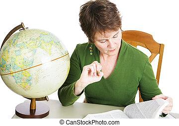 Estudiante maduro o maestro estudiando
