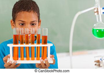 Estudiante primaria en clase de ciencias