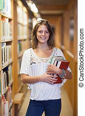 Estudiante sonriente en la biblioteca