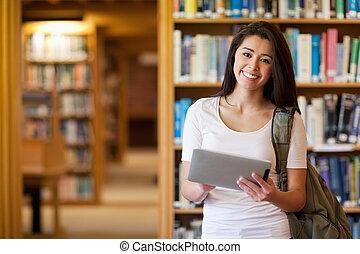 Estudiante sonriente usando una computadora