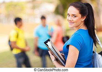 Estudiante universitaria al aire libre