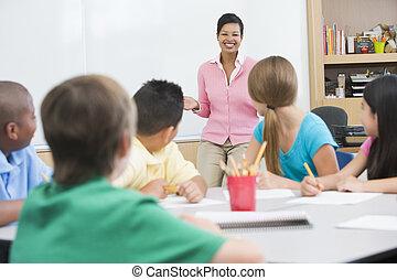 Estudiantes en clase con profesor de enseñanza (centro selectivo)
