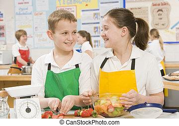 Estudiantes en la escuela en una clase de cocina