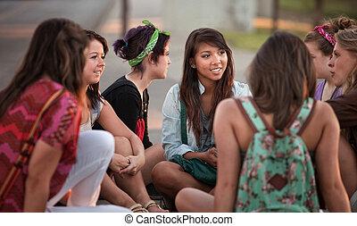 Estudiantes hablando al aire libre