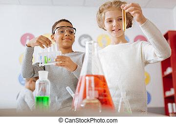Estudiantes optimistas revisando el resultado del experimento químico