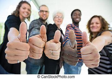 estudiantes, universidad, thumbsup, multiétnico, el gesticular