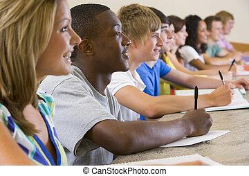 Estudiantes universitarios escuchando una conferencia universitaria