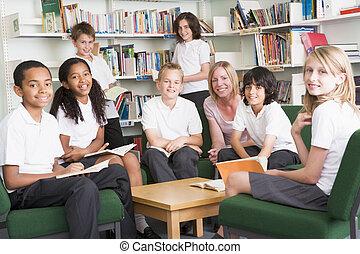 Estudiantes universitarios trabajando en una biblioteca