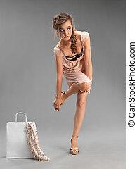 Estudio, retrato de moda, compras de mujeres jóvenes