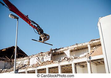 Excavador de demolición de alto alcance funcionando