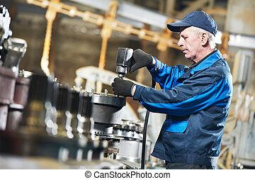Experto trabajador de ensamblaje industrial