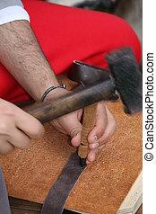 experto, trabajando, cuero, lezna, artesano, martillo