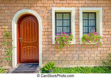 Exterior y puerta principal de una hermosa casa vieja