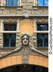 Facadas famosas de estuco en la vieja ciudad de Riga