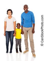 Familia africana cogiéndose de la mano