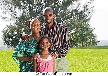 Familia africana en el parque