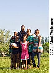 Familia afroamericana en el parque