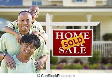 Familia afroamericana frente a la inmobiliaria